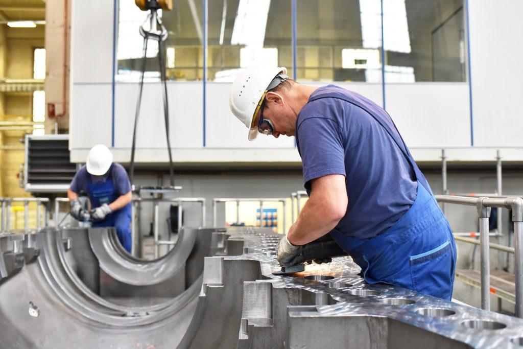 Industriearbeiter bei der Montage im Maschinenbau // Industrial workers during assembly in mechanical engineering